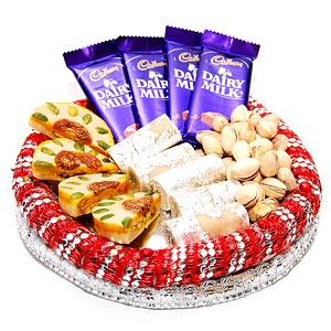 1/2 Kaju Roll and 4 Dairy Milk 250 Gms Pista in Tray